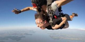 Jak skorzystać ze skoku spadochronowego nad morzem?