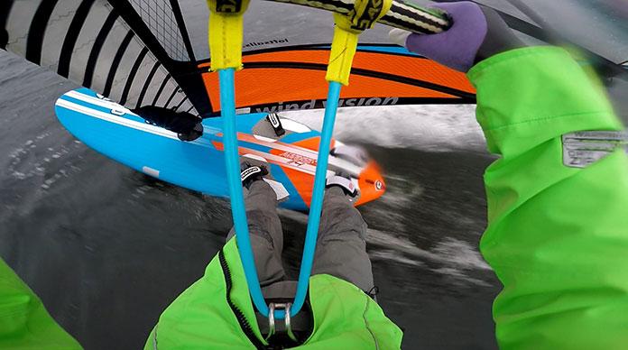 Chcesz uprawiać sporty wodne zimą? Oto kilka porad, które to ułatwią!