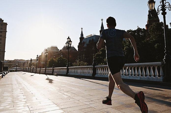 Materiał i fason koszulki do biegania